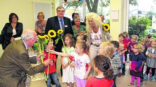 Deutscher Kinderschutzbund Würselen-Alsdorf-Herzogenrath: Der Vorstandsvorsitzende Dr. Anton Gülpen (l.) erhielt zur Verabschiedung von Kindern Blumen. Foto: W. Sevenich